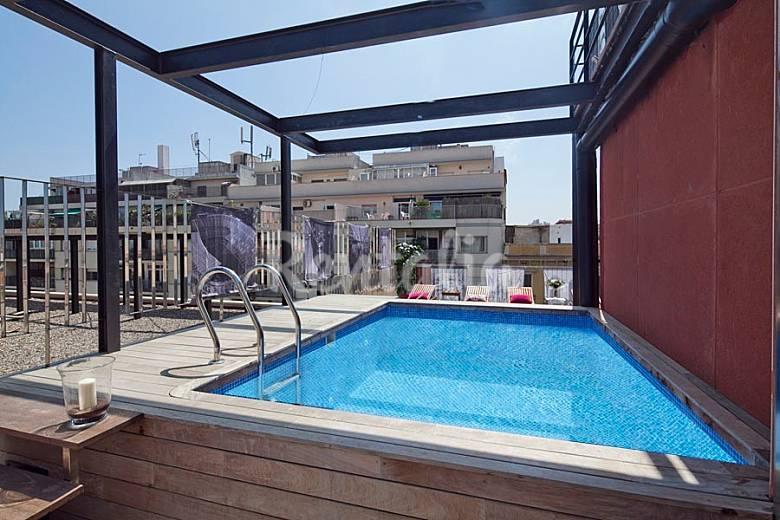 Apartamento con terraza privada y piscina cerca de for Appart hotel barcelone avec piscine