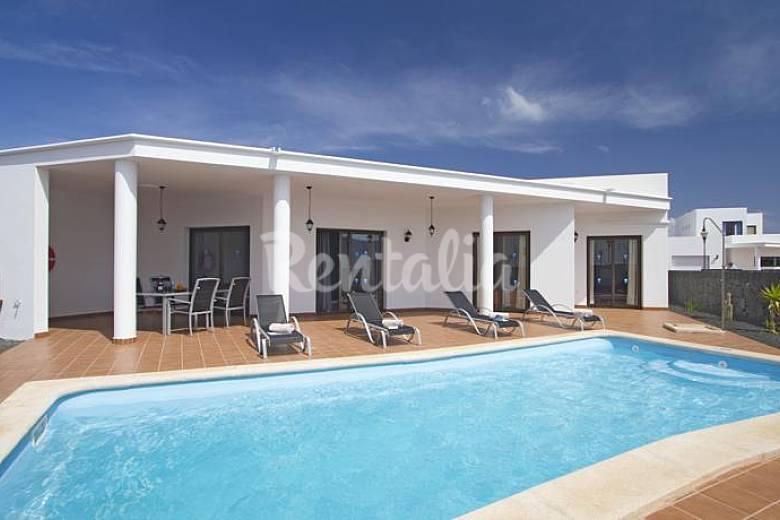 villa en playa blanca con piscina privada monta a roja