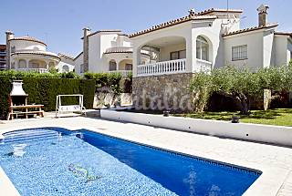 Spectacular villa with a garden and private pool Tarragona