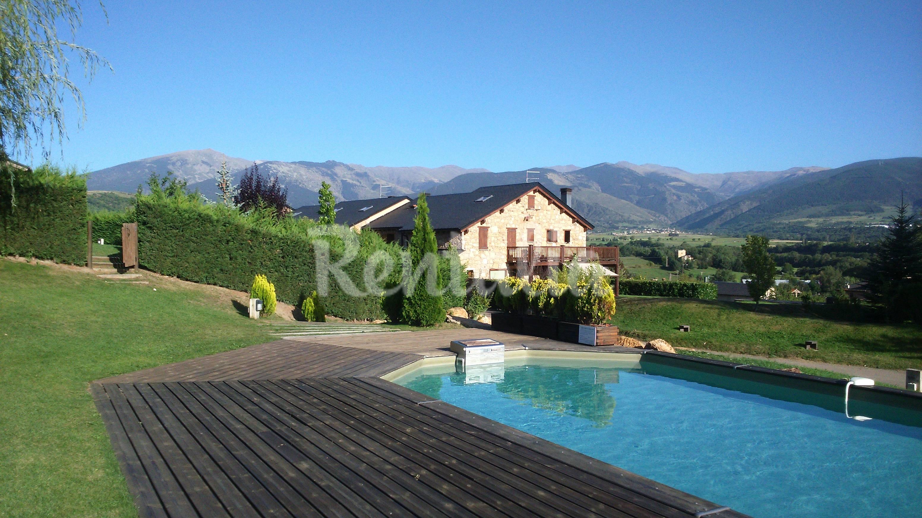 Casas con encanto vistas jard n y piscina ll via for Piscina jardin girona