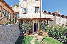 Complesso rustico con giardino privato e piscina. Lucca