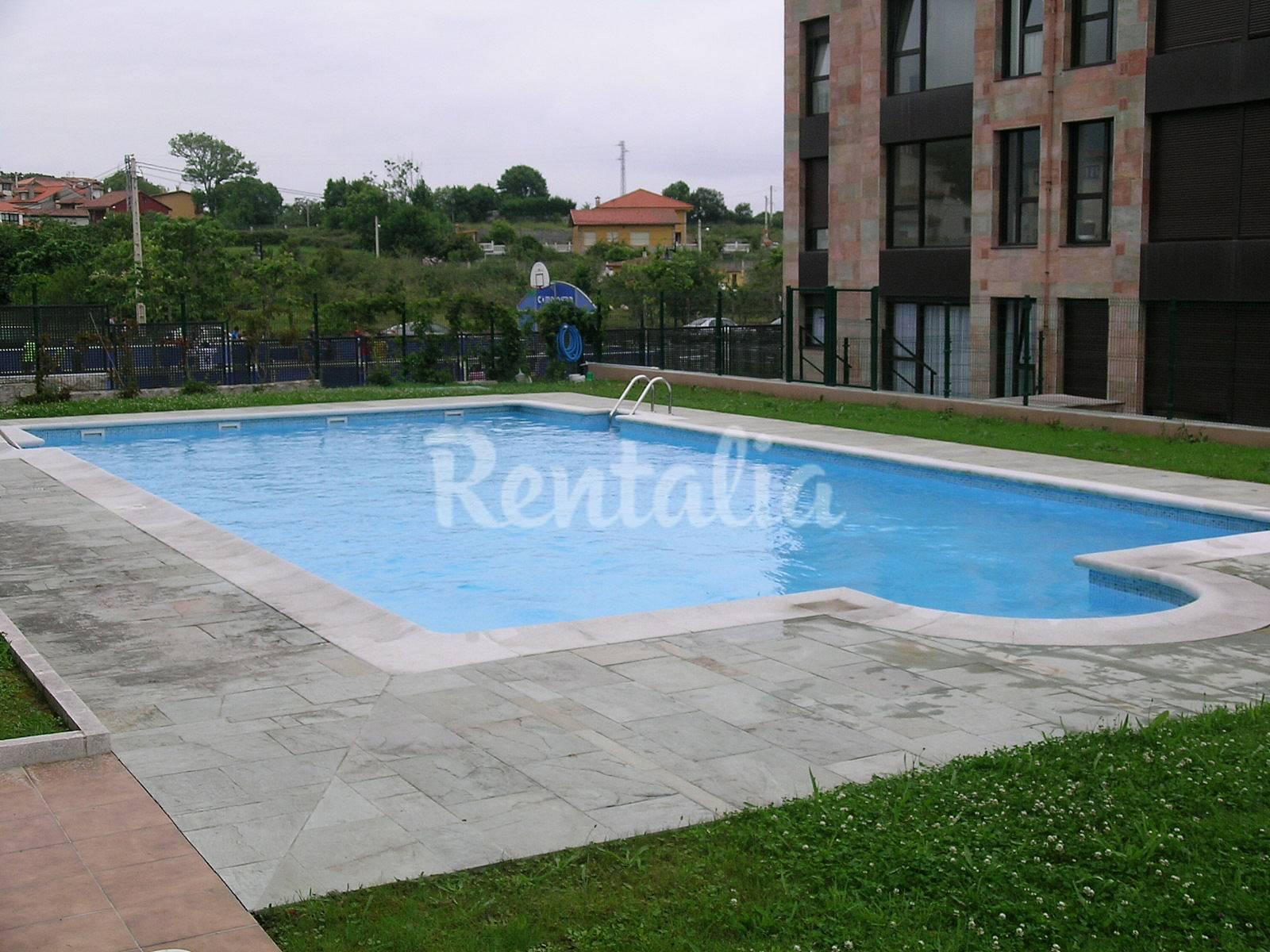Apto en celorio llanes con piscina 300 m playa celorio for Piscinas trobajo del camino