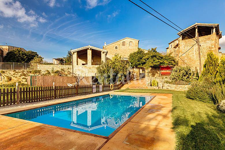 Casa se orial con gran jardin piscina y jacuzzi sant for Piscina jardin girona
