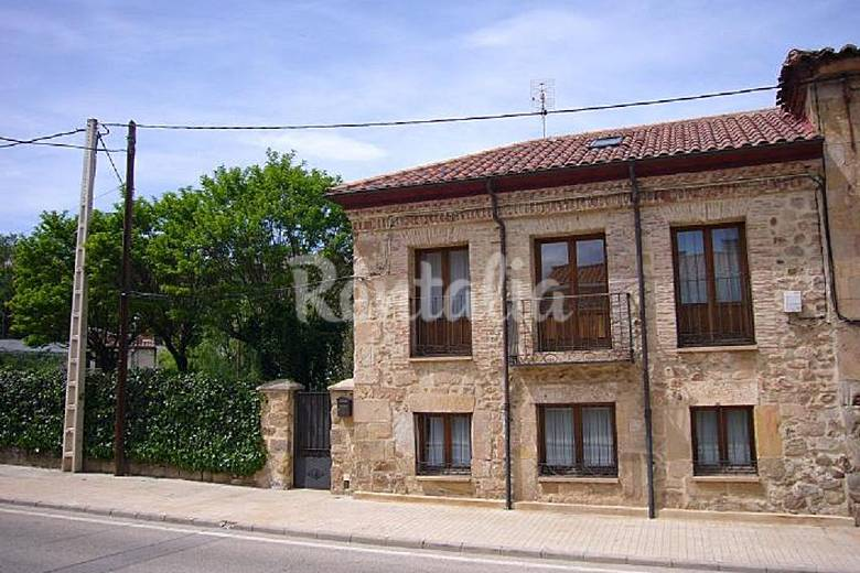 Casa rustica en soria capital con jardin soria soria for Jardin casa rustica