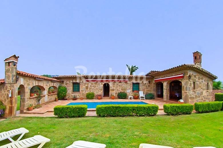 Villa descanso con un gran jard n y piscina platja d 39 aro for Piscina jardin girona