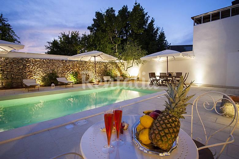 Cour avec piscine pour 4 personnes racale lecce salento - Piscine pour personne handicapee ...