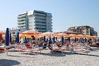 Trilocale sul mare con spiaggia privata Ferrara
