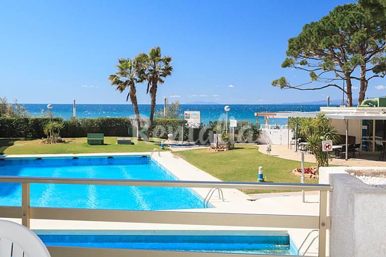 Apartamento con acceso directo a playa en salou salou for Apartamentos jardin playa larga tarragona