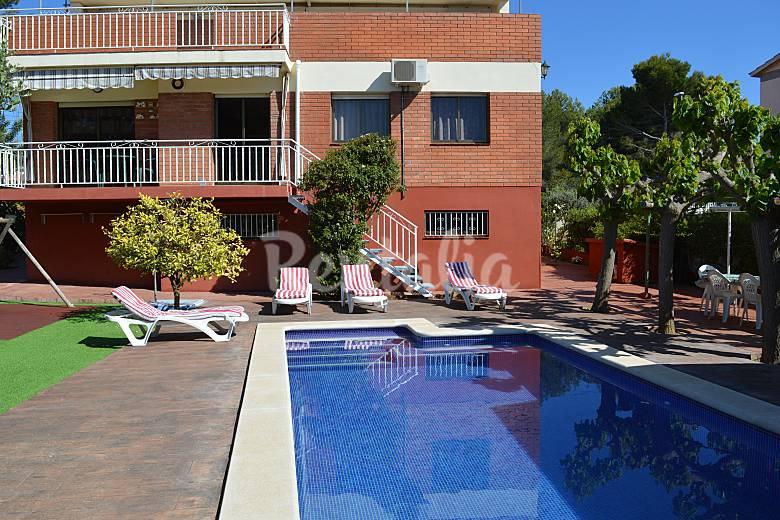 Chalet con piscina y barbacoa a 1500 m de la playa for Piscina jardin centro