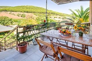 Cottage con terrazza e vista della campagna