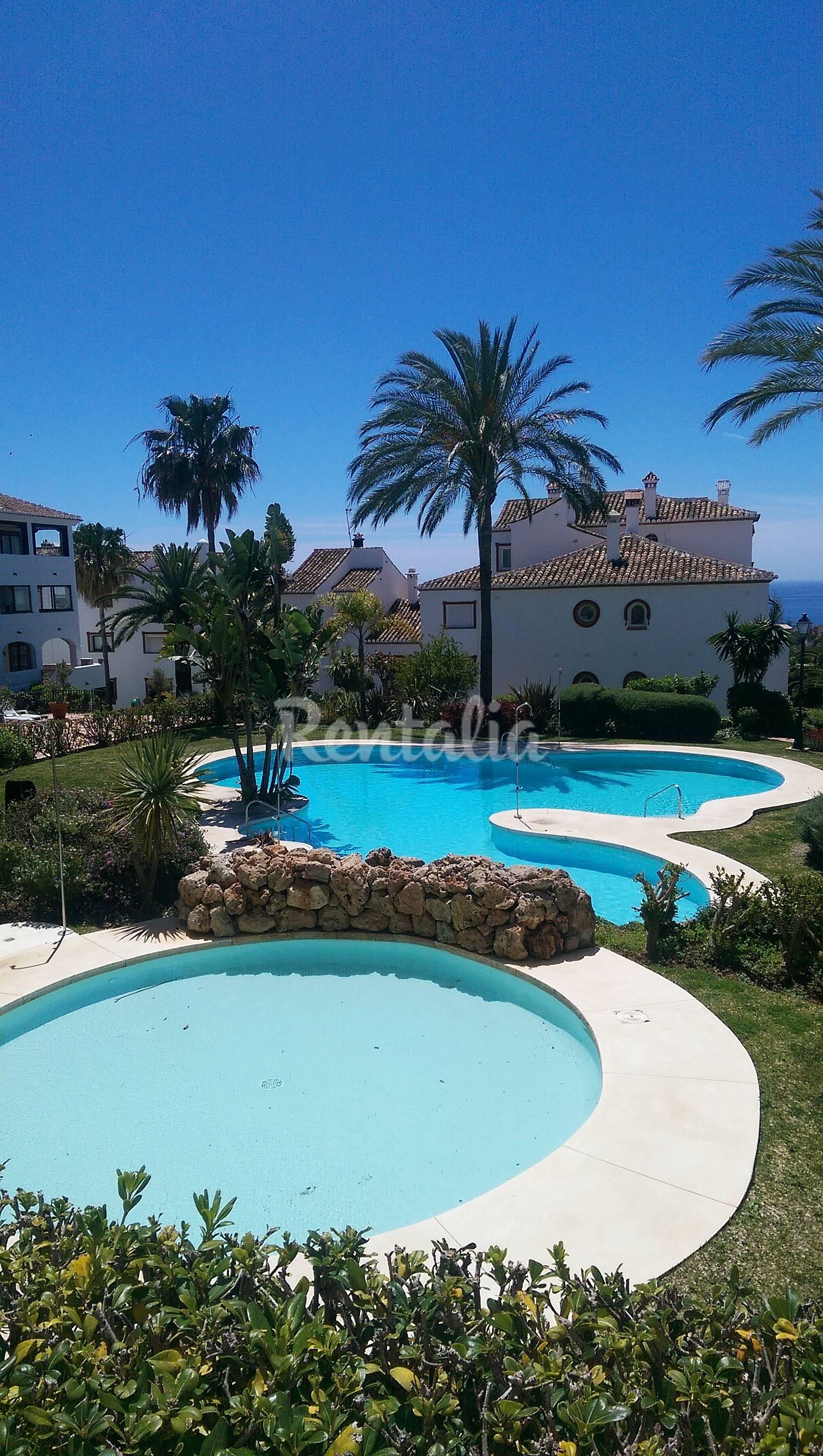 Bajo con piscina precioso muy cerca de la playa artola for Piscina publica malaga