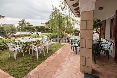 Casa con jardin de tipo r stico a 200 m playa port roma for Apartamentos jardin playa larga tarragona