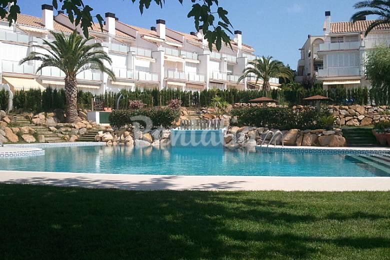 Magnifica casa con jard n y piscinas comunitarias sant for Piscina jardin girona
