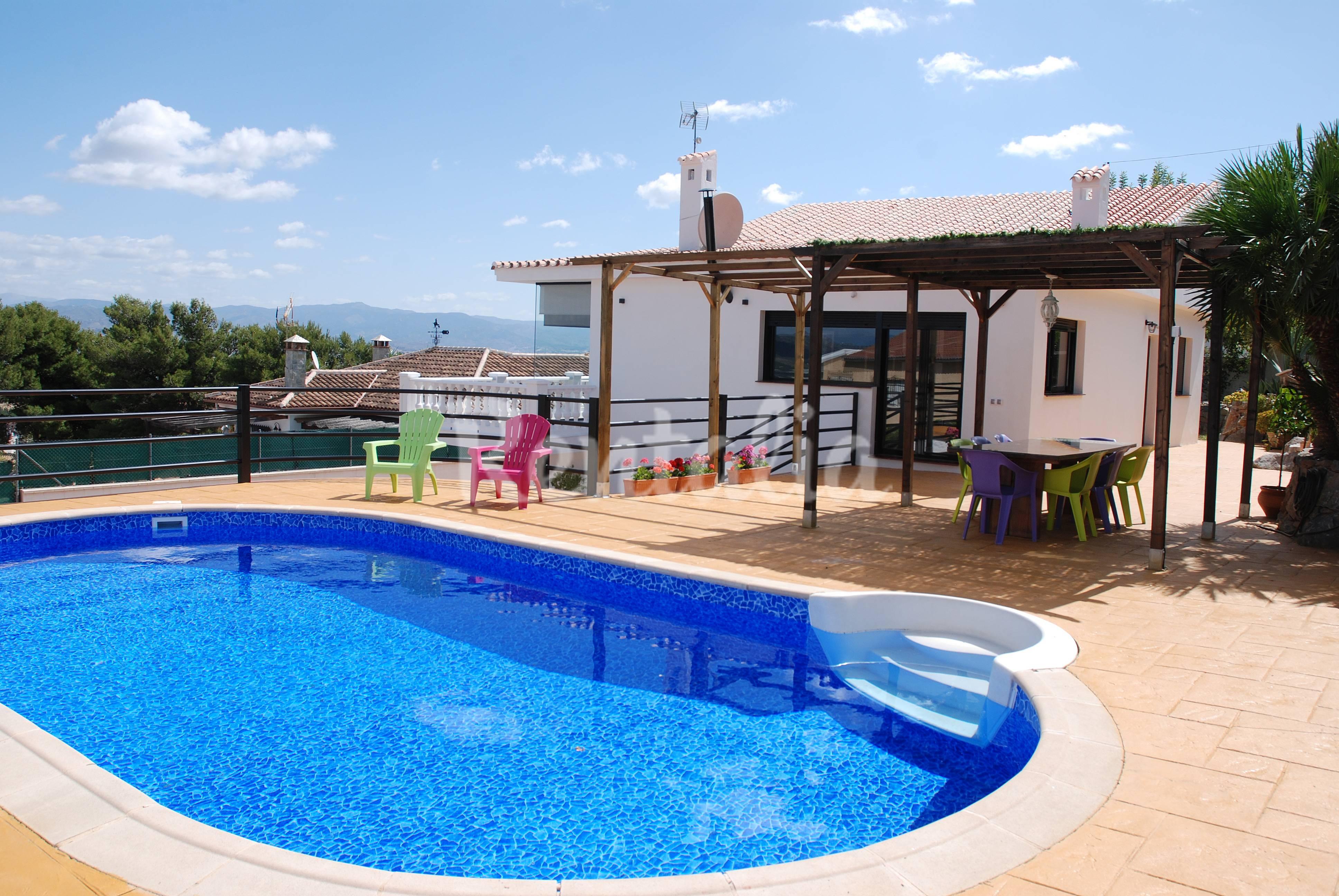 Villa en m laga piscina privada cerca a la playa for Piscina publica malaga
