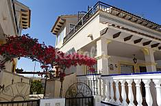 Bungalow de 75 metros cuadrados situado en una urbanización cerrada de Punta Prima. Alicante