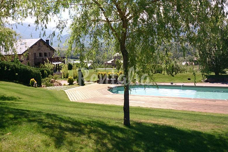 Casas con vistas a monta as jard n y piscina ll via for Piscina jardin girona
