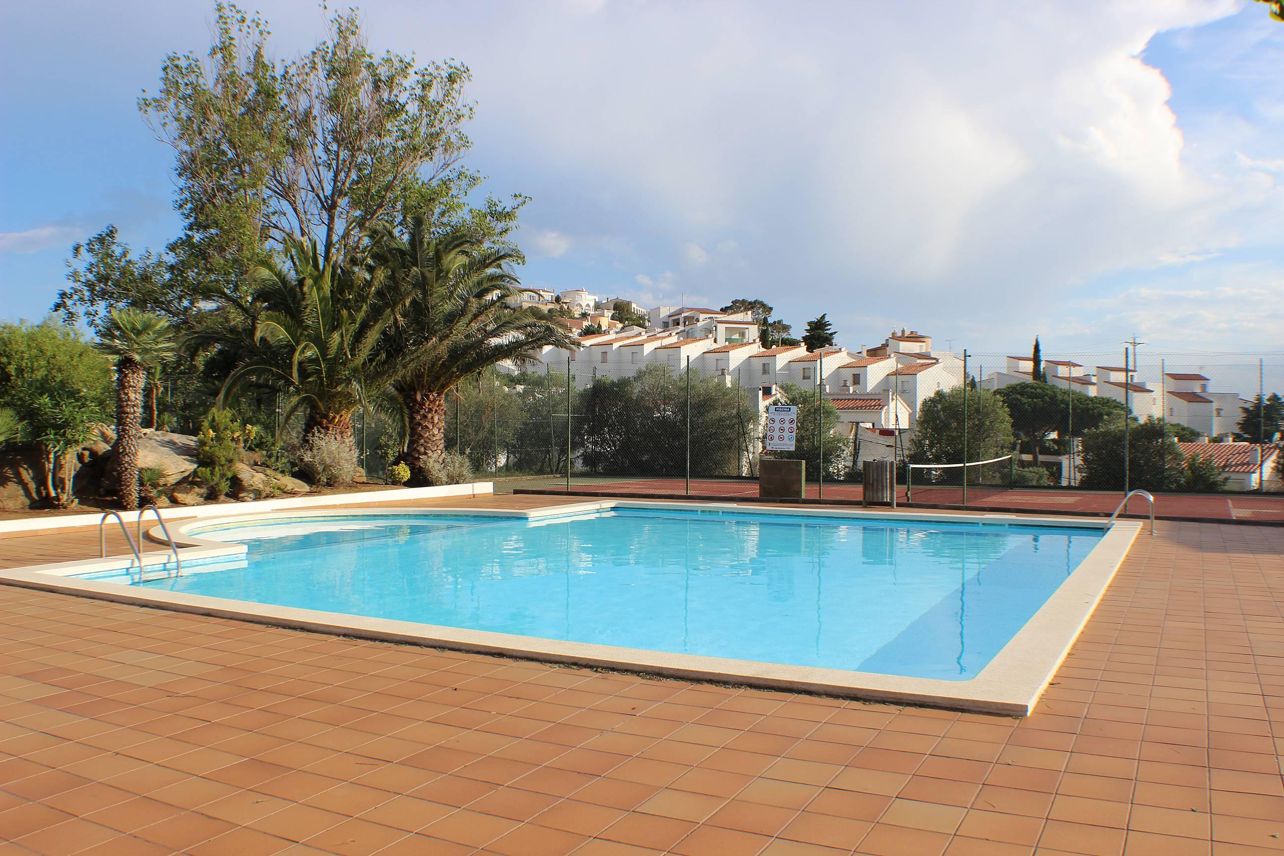 Coronas 28 para 6 personas piscina comunitaria roses for Piscina roses