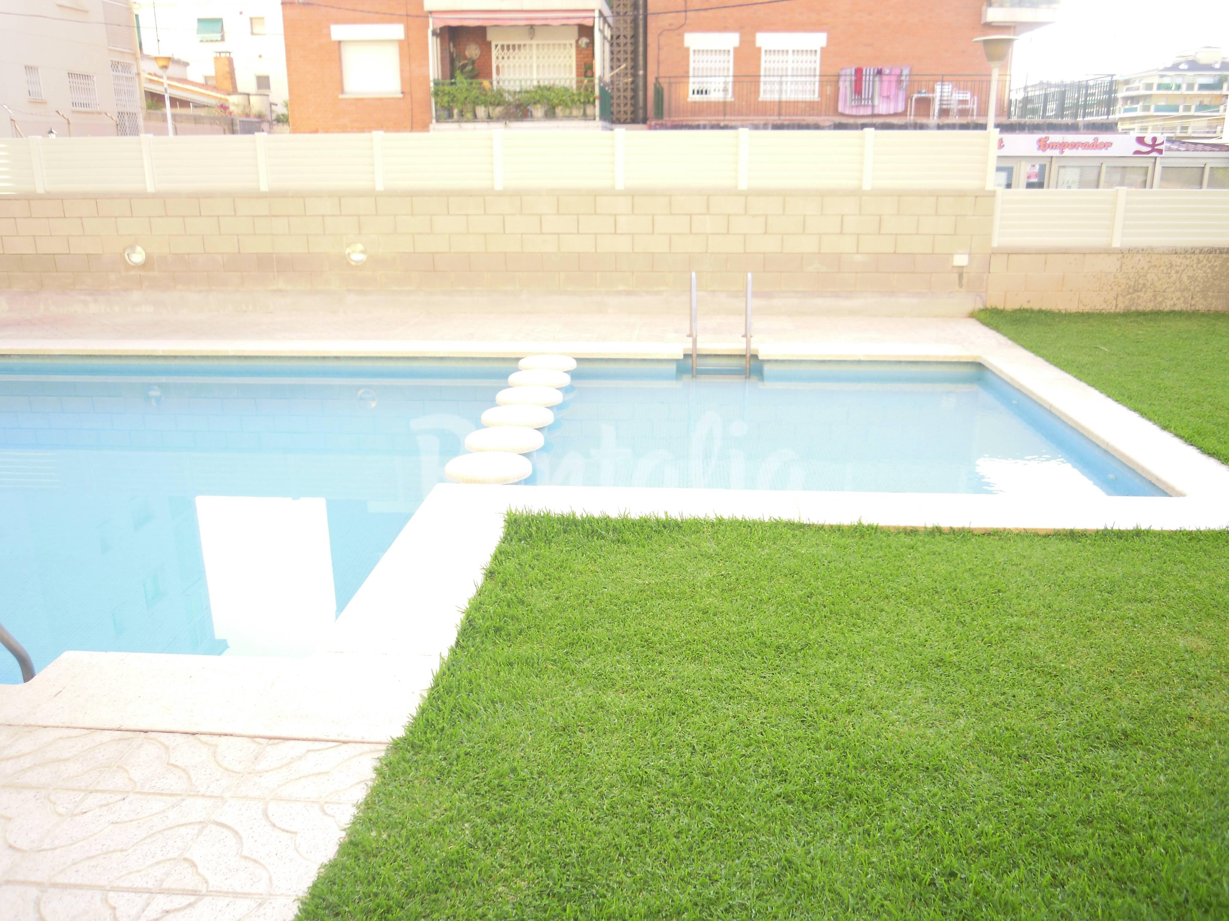 Apartamento con piscina cerca de la playa segur de for Apartamentos jardin playa larga tarragona