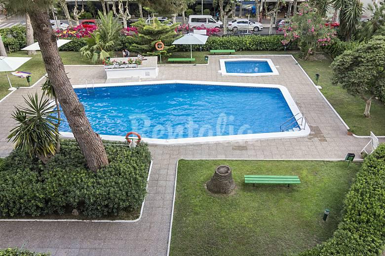 3 apartamentos para 4 7 personas a 150 m de la playa for Apartamentos jardin playa larga tarragona