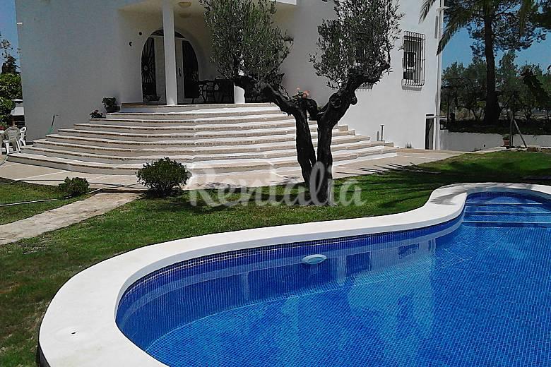 Villa con jardin y piscina cerca de costa otos valencia for Piscina jardin valencia