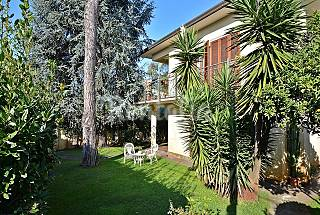 Apartment with private garden near the beach. Lucca