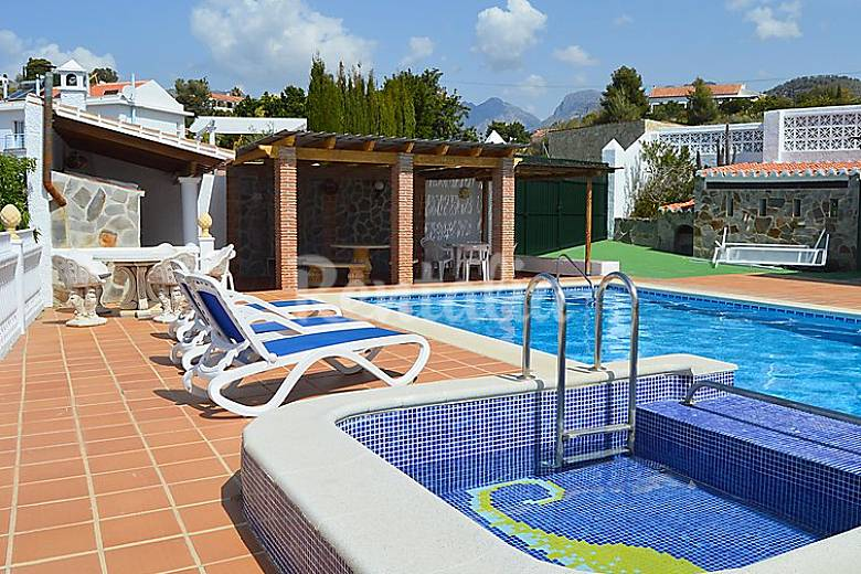 Villa en alquiler con piscina frigiliana m laga la for Piscina publica malaga